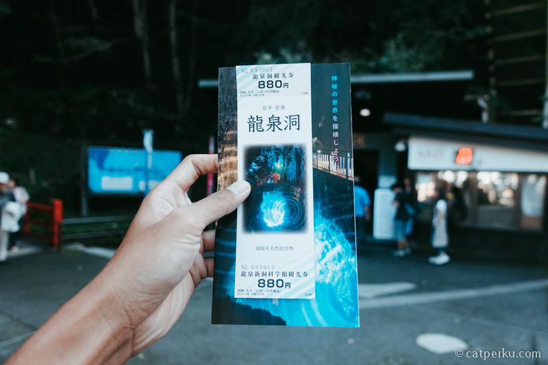 Harga tiket masuk ke Gua Ryusendo adalah JPY 880