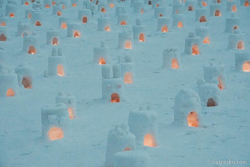 Iglo mini di Hiruzen Yuki-Koi Snow Festival yang didalamnya ada lilin sedang menyala!