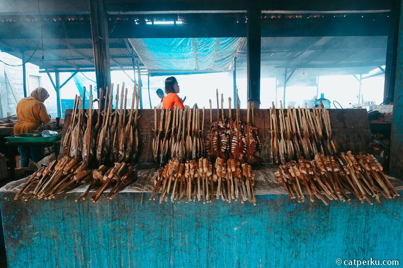 Ikan asap di Pantai Tambak rejo ini murah kok, harganya mulai dari 5000 rupiah saja.