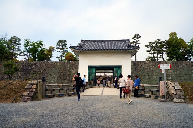 Ini adalah dinding pertahanan kedua, setelah dinding pertahanan pertama. Karena tempat tinggal orang penting, pertahanannya pun berlapis.
