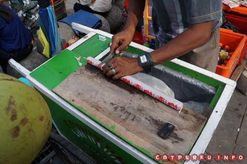Ini nih, gerobak Es Potong, si penjual siap - siap mau potong es-nya :D