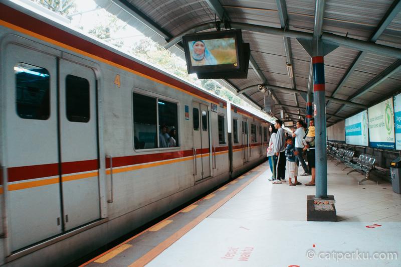 Jabodetabek memiliki beberapa rute KRL Commuter Line untuk penghuninya. Ini adalah KRL Jabodetabek tujuan Bogor.