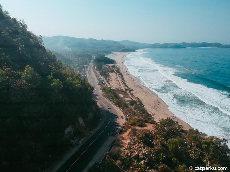 Jadi inilah Pantai Soge yang berada di sebelah Jalur Lintas Selatan Jawa! Kamu touring lewat sini gak!