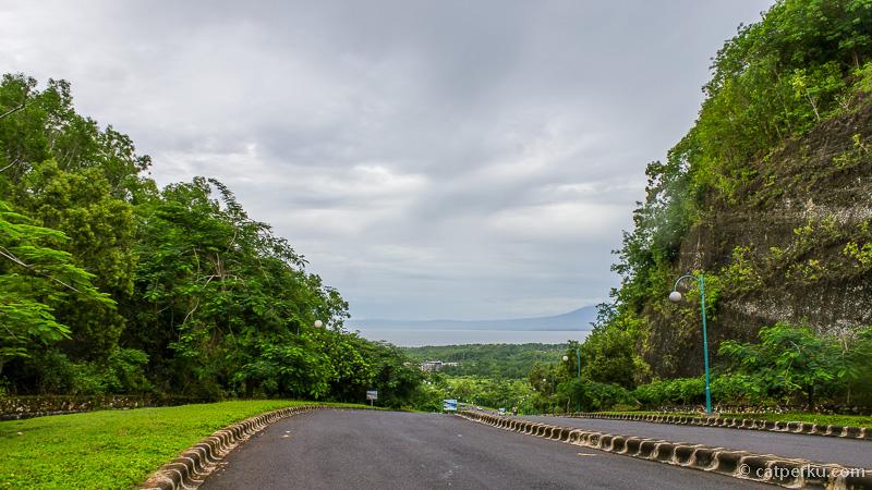 Jalan menuju ke Pantai Dreamland Bali beach ini beraspal bagus!
