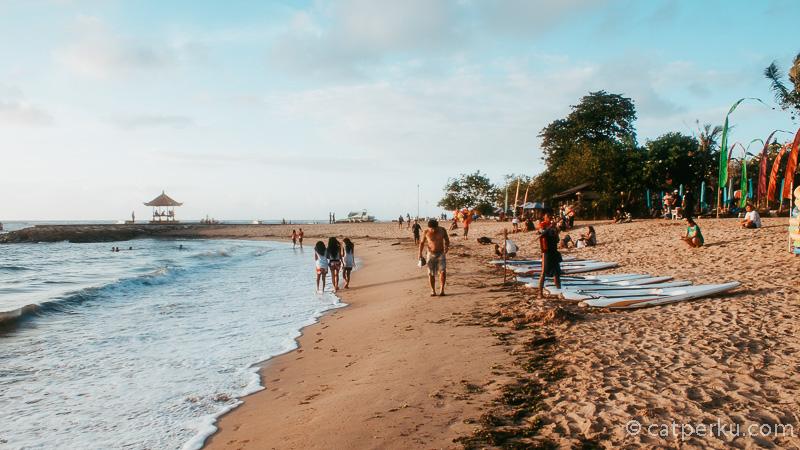 Jalan ringan menyusuri Pantai Sanur Bali juga asik kok :D