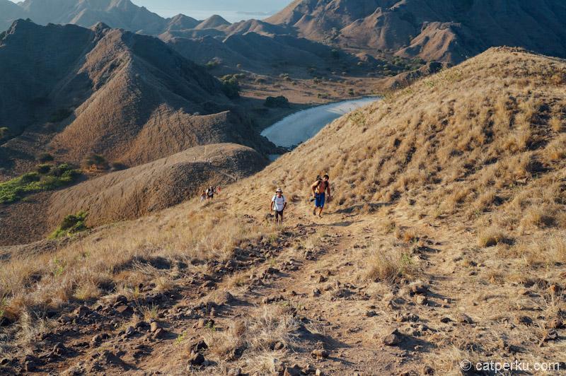 Jalur trekking menanjak di Pulau Padar cukup tajam.