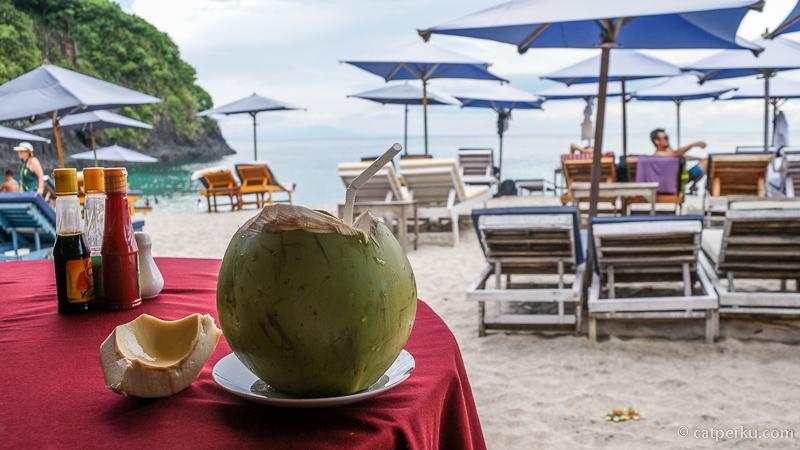 Jangan lupa menikmati kelapa muda sambil bersantai di warung yang ada di dekat pantai White Sand Beach Bali.