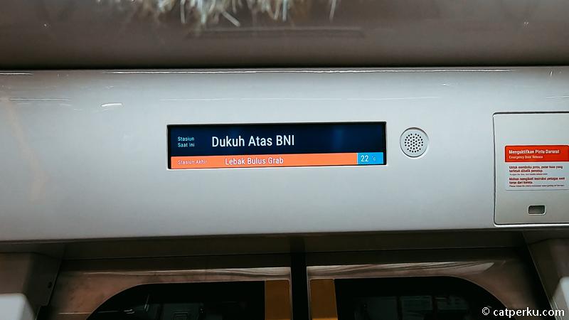 Jangan takut salah turun karena di dalam gerbong kereta MRT ada banyak informasi yang jelas.