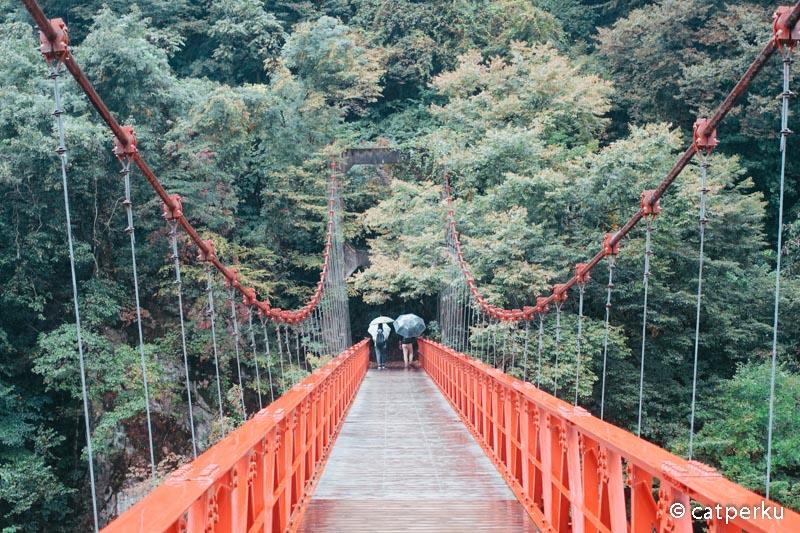 Jembatan merah ini asik buat tempat foto.