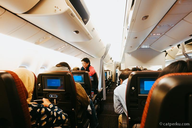 Kabin kelas ekonomi sangat lega, paling lega dibanding beberapa maskapai yang pernah saya coba. Ini Boeing 767, dengan pengaturan kursi 2-3-2.