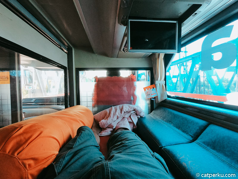 Kabin sleeper bus double decker ini cukup lega untuk orang dengan tinggi 180 cm seperti saya.