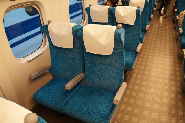 Kalau berdua atau sendirian, lebih baik pilih yang dua seat saja di Shinkansen.