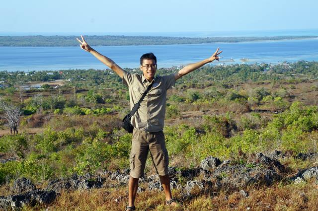 Kalau ke Tomia wajib foto di bukit ini deh!