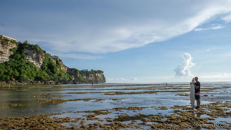 Kalau laut sedang surut, bisa berjalan hingga agak ke bagian tengah pantai