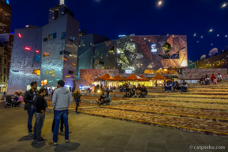Kalau malam, banyak yang suka nongkrong di Federation Square