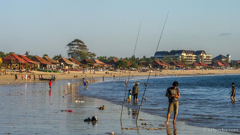 Kalau sore hari banyak yang mancing di Teluk Jimbaran ini. Terlihat beberapa restoran di bagian Pantai Jimbaran yang tepat berada di tepi pantai.