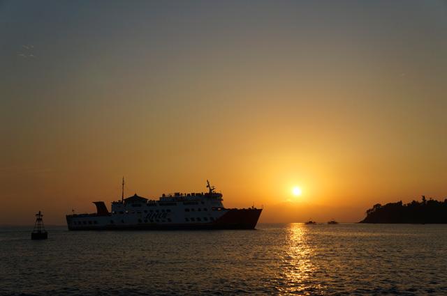 Kalau timingnya pas, kalian bisa menikmati pemandangan matahari terbenam seperti ini dari Pulau Merak Kecil.