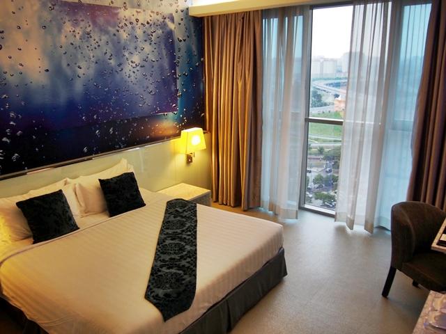 Kamar tidur yang memiliki konsep berelemen air.