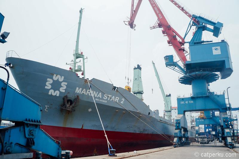 Kapal marina star sedang berlabuh