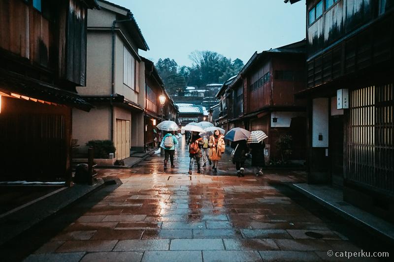 Karena hujan, tempat ini sedang tidak terlalu ramai.