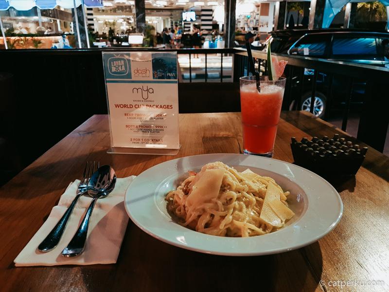 Karena males keluar dan keburu lapar, jadi saya mencoba makan malam di Mya Bar And Restaurant saja deh!