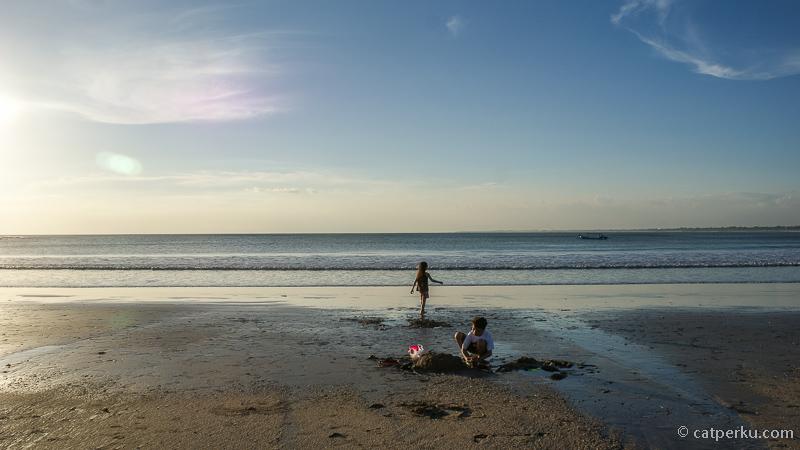 Karena pasirnya halus, pantai ini tempat bermain favorit untuk anak-anak