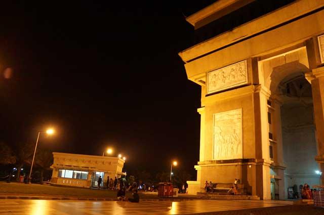 Pintu keluar Terowongan menuju monumen (kiri). Monumen Simpang Lima Gumul (Kanan)