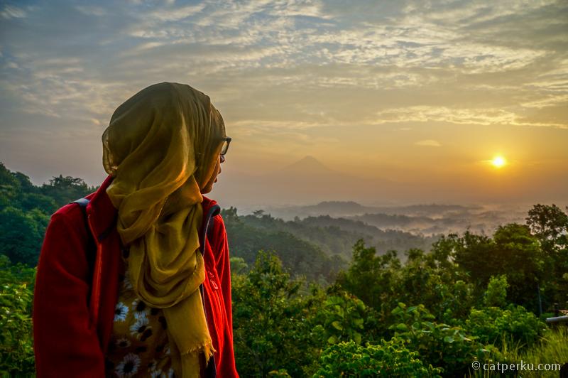 Ketika matahari mulai menampakkan wujudnya adalah suasana yang paling menyenangkan di Punthuk Setumbu