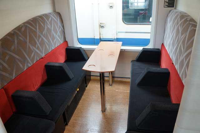 Kompartemen seperti ini lebih enak dipesan kalau naik kereta ini rame - rame. Kalau sendiri seperti saya, kursi mana saja boleh deh :D