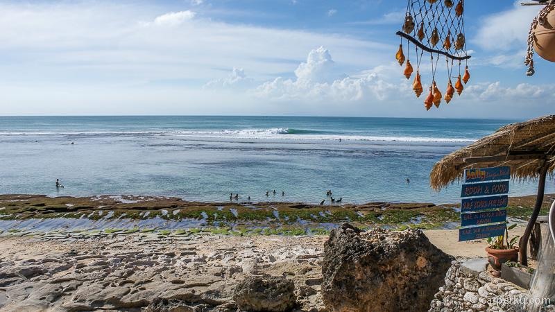 Pantai Bingin boleh dibilang masih menjadi salah satu pantai tersembunyi di Bali yang masuk ke dalam daftar pantai di Bali favorit saya! Pantai di Bali Selatan ini juga merupakan pantai favorit para peselancar lho!