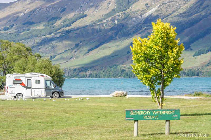 Kota kecil ini berada di tepi Danau Wakatipu