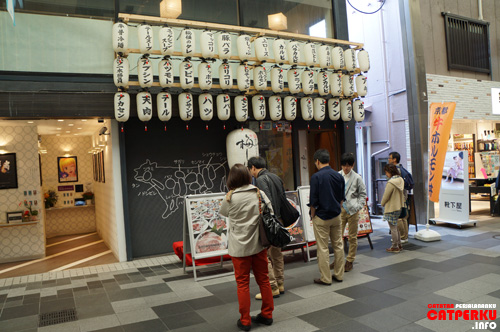 Saya melihat ada Warung Steak ketika menuju Nishiki Market, tetapi saya lewati karena mau mencoba banyak kuliner Kyoto :3