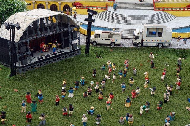 Legolanders lagi nonton konser.
