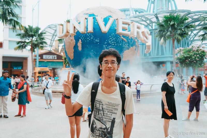 Liburan ke Singapura biasanya foto di depan Universal Studio Singapore itu wajib! Iya nggak sih?