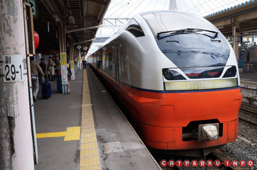 "Limited Express Tsugaru yang ""menyeberangi"" sebuah selat"