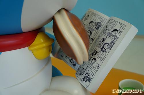 Aneeh, Doraemon yang lagi bacak komik Doraemon di Museum Fujiko F Fujio~~ :|