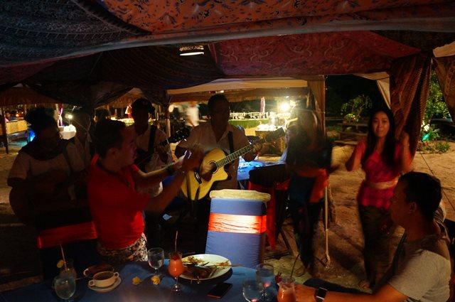 Makan malam yang dihibur dengan live music lagu - lagu daerah.