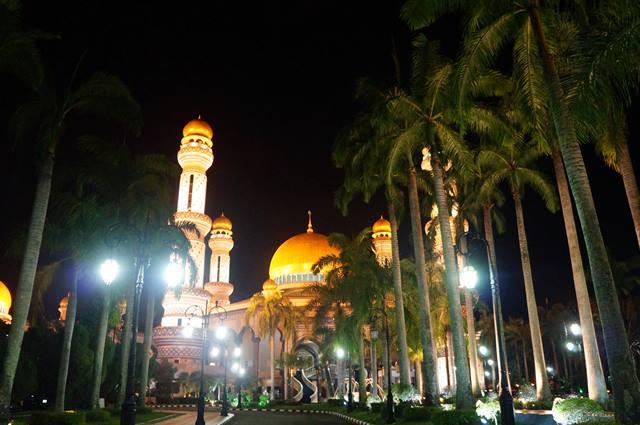 Masjid Jame'asr Hassanil Bolkiah dengan 29 kubah berlapis emas! Ini adalah salah satu tujuan wisata Brunei Darussalam juga lho!