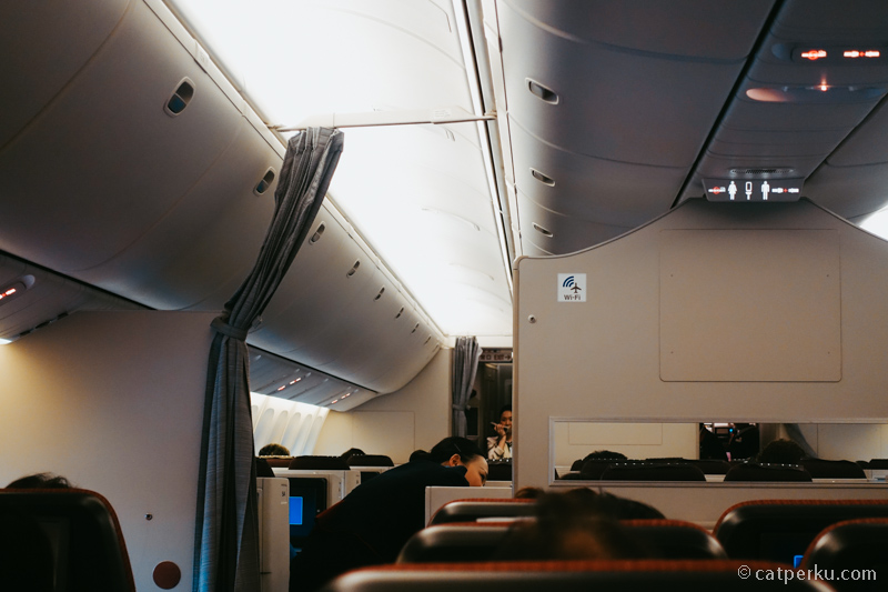 Mata saya langsung berbinar ketika lihat logo Wifi di kabin pesawat. Harganya wifi di JAL 18.8 USD untuk 24 jam, unlimited data!