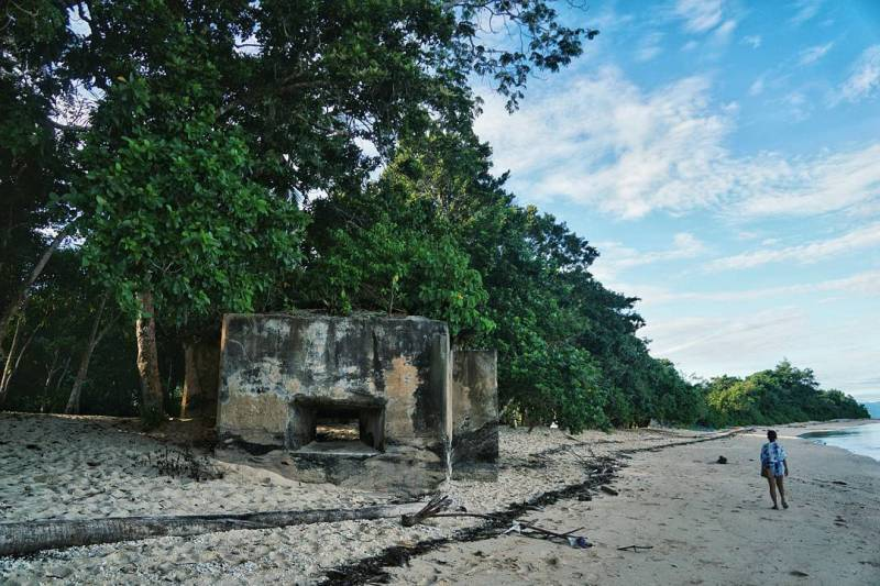 Melihat bunker senapan mesin dan pantai landai di depannya ini mengingatkan saya pada Invansi normandia