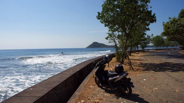Ketika transportasi publik di Bali tidak bisa diandalkan. Sepeda motor bisa menjadi teman perjalanan yang baik :)