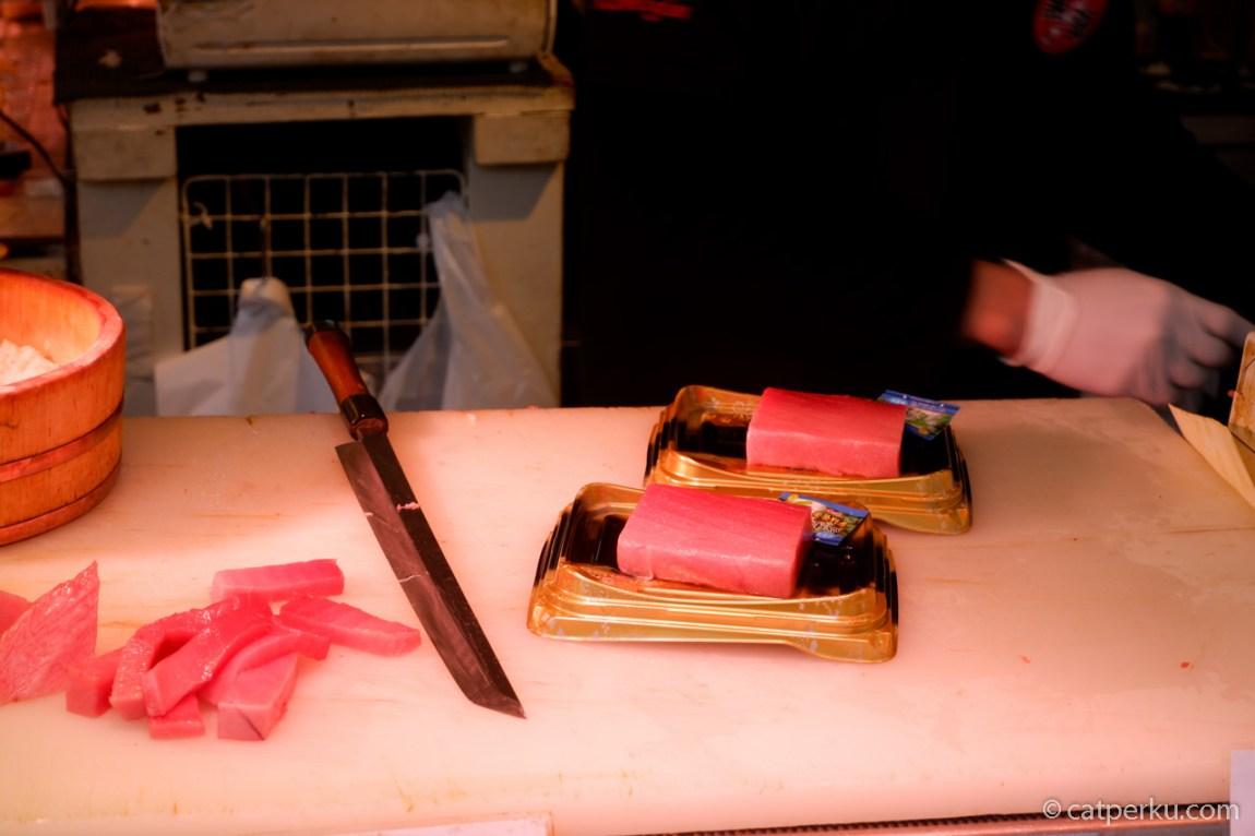 Memotong ikan tuna segar