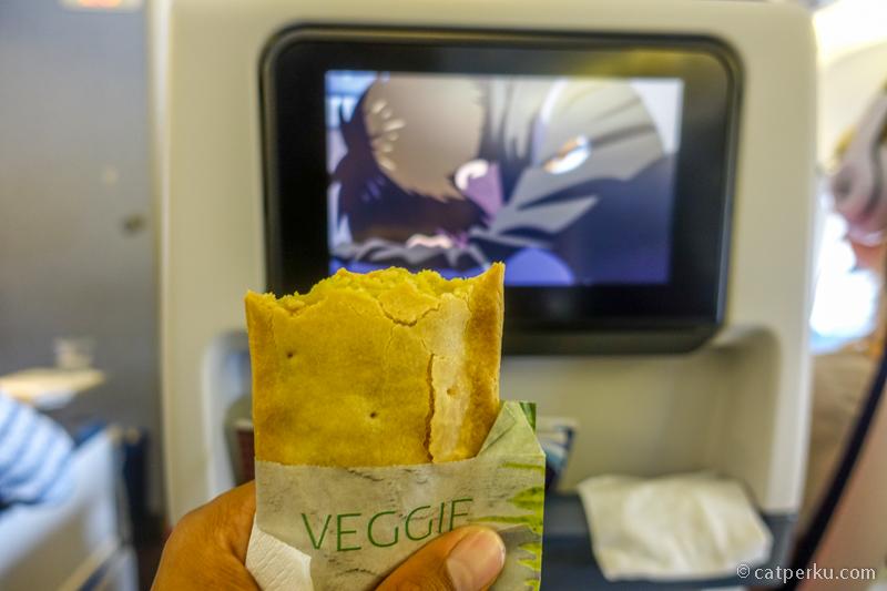 Menggenggam snack vegetarian dan nonton film Ki Mi No Na Wa di AVOD KLM Dutch