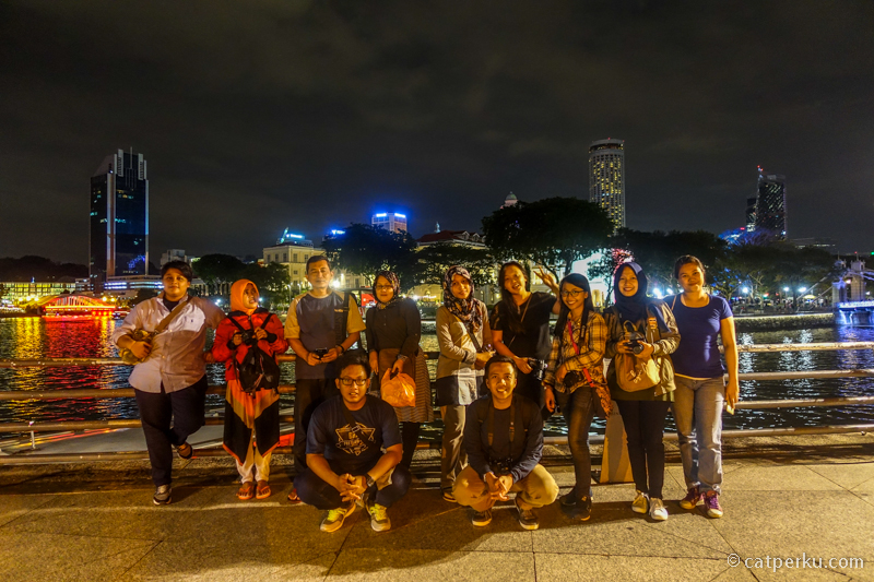 Menikmati suasana malam hari Singapura, dalam perjalanan menuju Merlion Park
