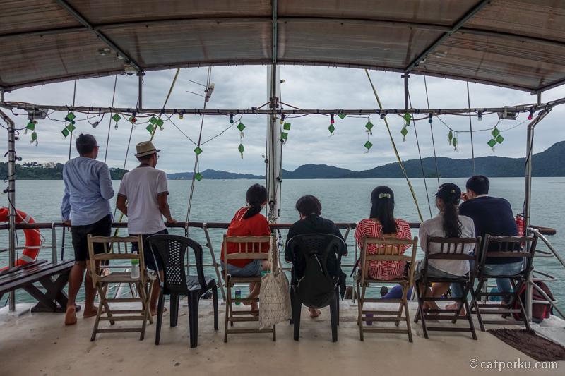 Jika liburan ke Langkawi, kalian bisa menikmati sunset dari atas dek kapal cruise di Laut Andaman seperti ini.