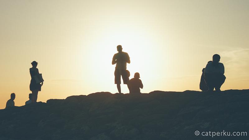 Menikmati sunset di pantai ini adalah salah satu kegiatan menarik yang bisa dilakukan disini.