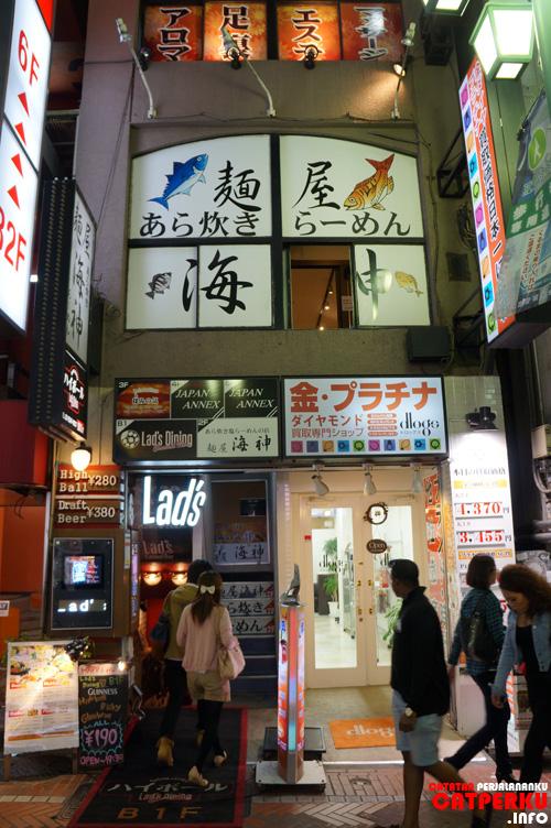O iya, warung Ramen Seafood Kaijin berada di lantai 2 ya, kenali saja gambar ikan di foto ini :D