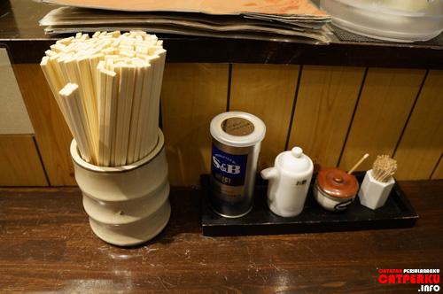Perlengkapan untuk makan Ramen seafood di warung Kaijin.