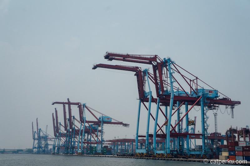 Mesin-mesin besar pengangkat kontainer di pelabuhan