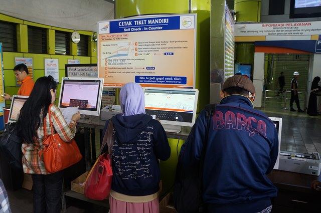 Meskipun berburu tiket kereta api ketika lebaran atau liburan cukup susah, mencetak tiketnya  sangat mudah.